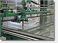 Enkel-Float glas De oppervlakten van het voltooide glas zijn volledig parallel en vlak. Floatglas kan blank of gekleurd zijn, al naargelang de toevoeging van metaaloxyden aan het mengsel. Planibel floatglas is het basisproduct voor een breed gamma glasproducten voor de bouw, binnen- en buitenhuisdecoratie, de automobiel- en gespecialiseerde industrie.