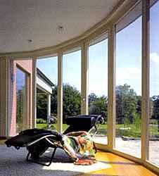 Opbouw van Isolerend Dubbelglas Isolerend dubbelglas bestaat altijd uit een buiten- en een binnenblad van glas met daartussen een met lucht- of gasgevulde spouw. De spouw is aan de glasranden hermetisch afgesloten.
